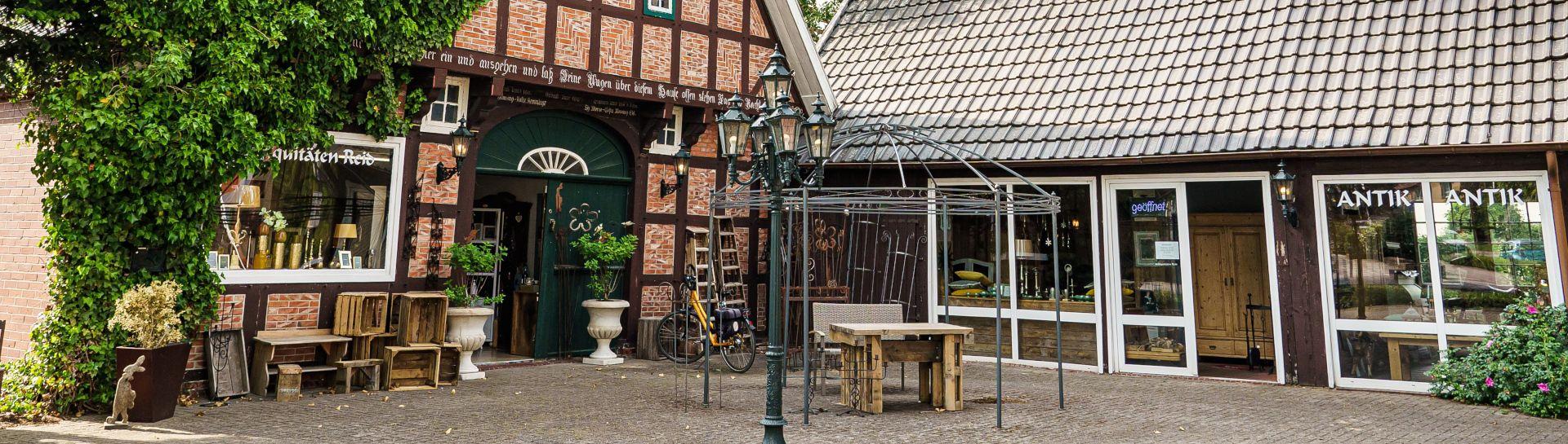 Blick auf ein Fachwerkhaus in Nortrup, das einen Antiquitaetenhandel beherbergt