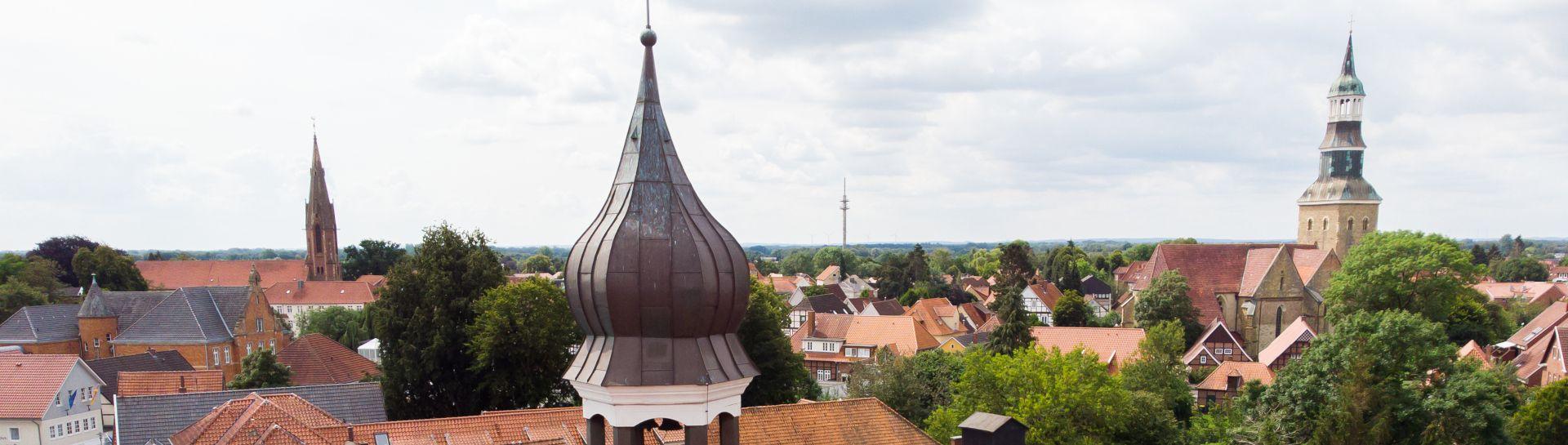 Blick auf die Quakenbruecker Skyline mit den beiden Kirchen in der Altstadt und der Hohen Pforte im Vordergrund